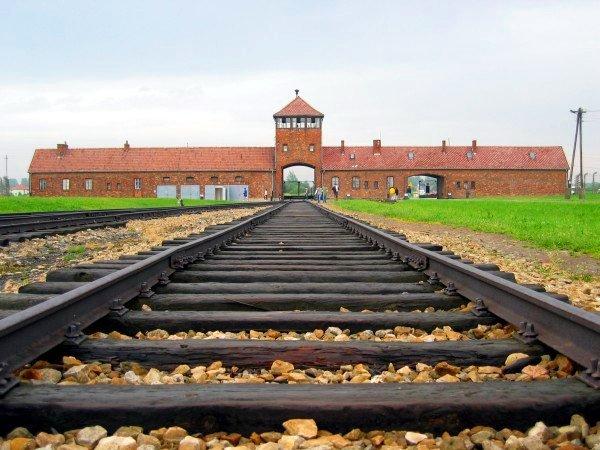 Auschwitz-birkenau-main_track.jpg